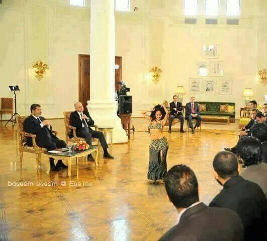 حقيقة صورة رقاصة امام مرسي في البرازيل