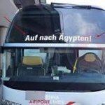 حقيقة عبارة (لا تذهب الى مصر) المكتوبة على الاتوبيسات امام مطار فيينا