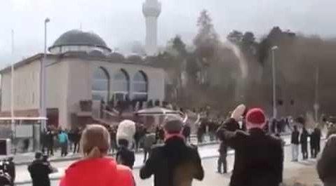 حقيقة ان صوت الاذان لا يزال يسمع في مسجد رغم اغلاقه
