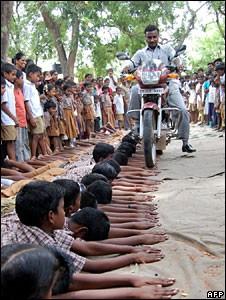 حقيقة تعذيب اطفال بورما بالموتوسيكل