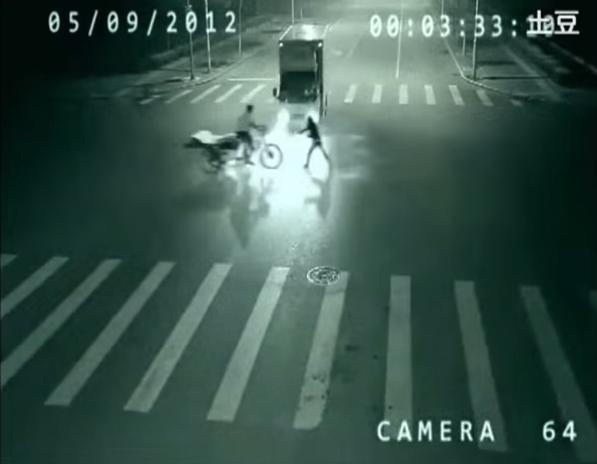 حقيقة شبح يقوم بإنقاذ شخص من حادث في الصين