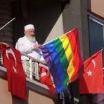 حقيقة شيخ تركي يرفع علم المثليين