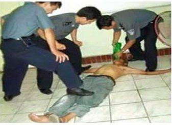 حقيقة إجبار مسلم في الصين على شرب الماء في رمضان .