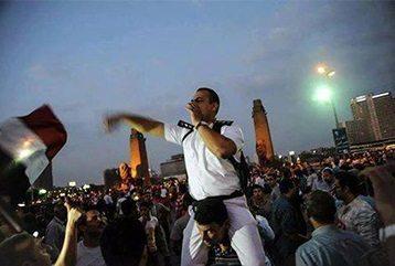 حقيقة الضابط اللي متشال على الأكتاف في التحرير فى 30 يونيو