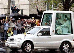 حقيقة رئيس الجزائر يحيي جماهيرة من غرفة زجاجية مصفحة