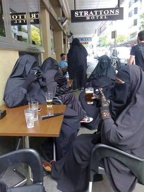 حقيقة صورة سيدات منقبات بيشربوا بيرة وسجائر .