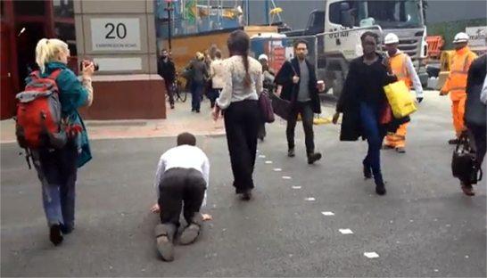 أيوة ده بجد ! .. سيدة تسحب رجل في الشارع مثل الكلاب