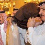 حقيقة صورة للملك سلمان يحمل نعش ضحايا حادث الحرم