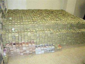 حقيقة صور دولارات كانت في بيت حسن مالك
