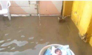 حقيقة نجاة طفل وضعته أمه في طشت وغرق عائلته بسبب الأمطار