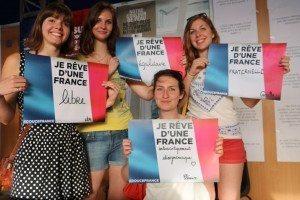 حقيقة صورة لفرنسيات يحملن لافتات عنصرية