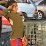 حقيقة طفل يؤدي التحية العسكرية لجنازة أحد شهداء الجيش .