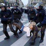 حقيقة تعرية الشرطة الفرنسية لمتظاهرة
