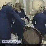 حقيقة زوج أنجيلا ميركل يسحب الكرسي من تحت بوتين