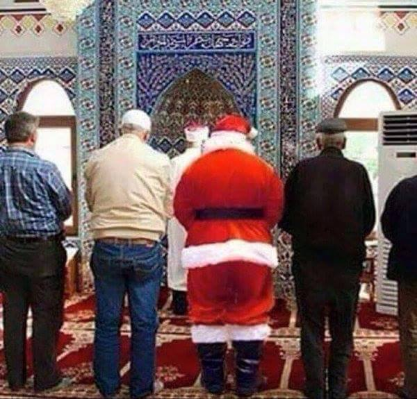 حقيقة صورة بابا نويل يصلي في المسجد