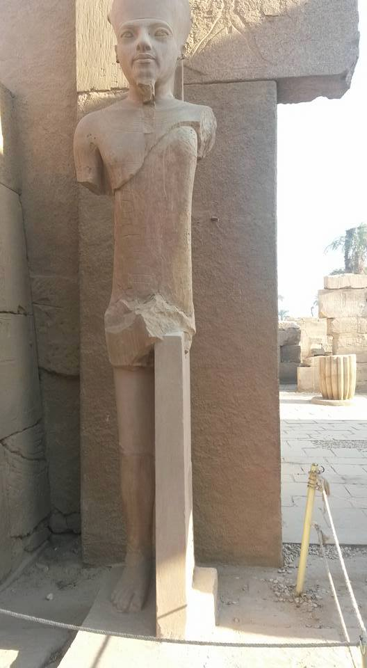 حقيقة ترميم رجل تمثال فرعوني بعامود خرسانة
