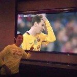 حقيقة صورة رونالدو يشاهد مبارة اتلتيكو مدريد وبرشلونة