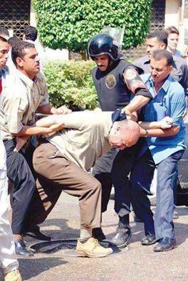 حقيقة صورة راجل عجوز من جنود تحرير سيناء بيتضرب في المظاهرات