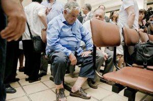 حقيقة صورة رئيس الأوروجواي ينتظر دوره في المستشفى