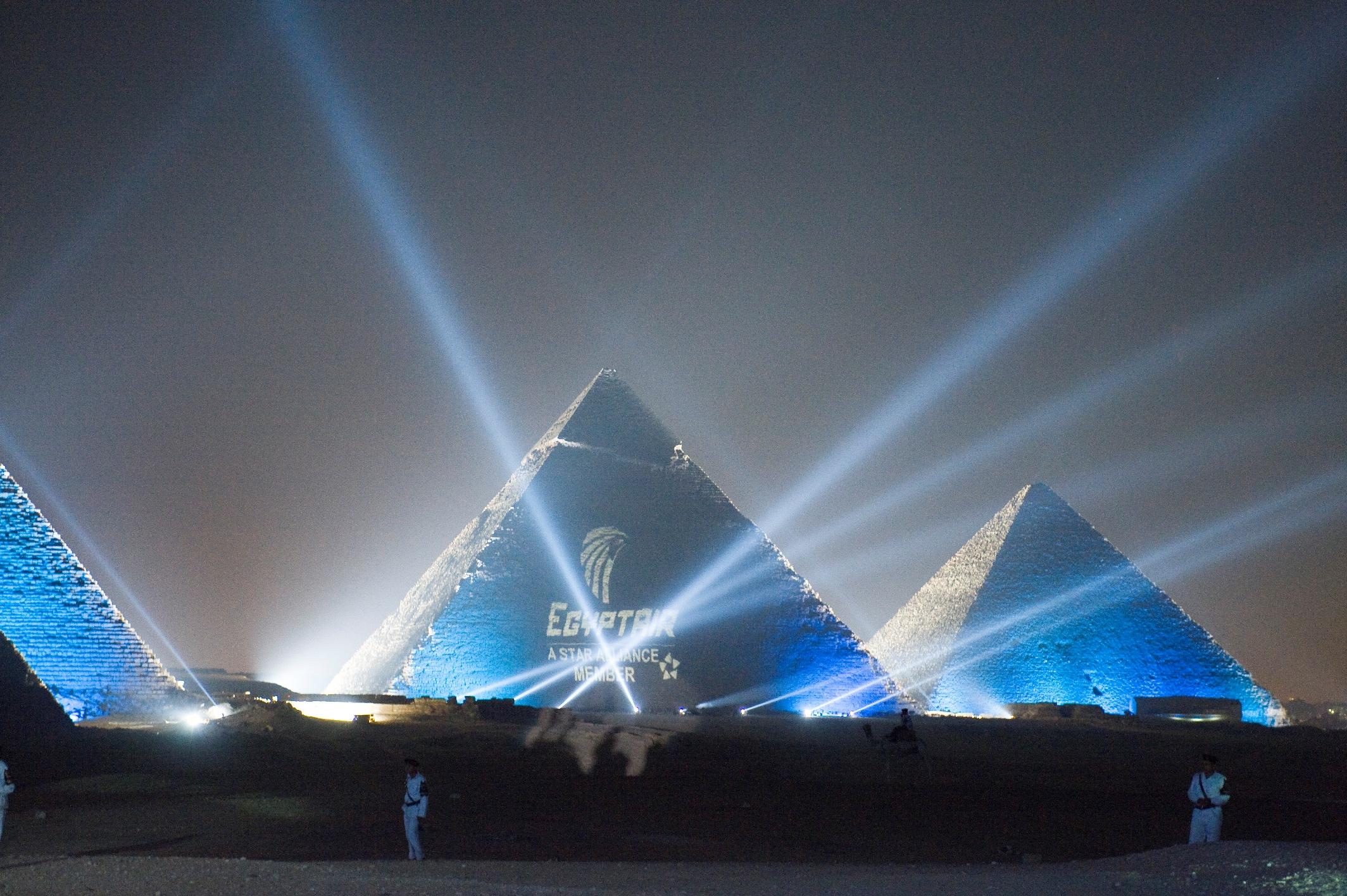 حقيقة اضائة الاهرامات بشعار مصر للطيران حدادا على ضحايا الطائرة المنكوبة