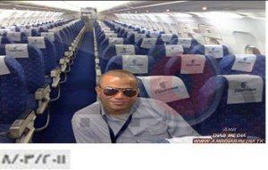 حقيقة صورة عمرو دياب في طائرة مصر للطيران متضامنا مع الحادثة