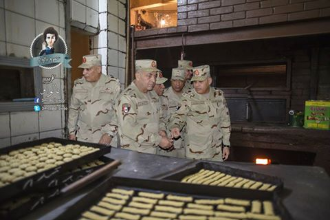 حقيقة صورة قادة الجيش مع الكحك