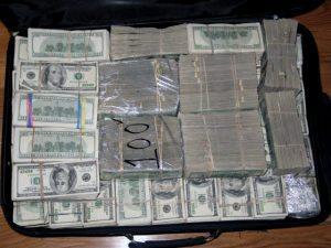 حقيقة ضبط مليار دولار قبل تهريبهم خارج مصر
