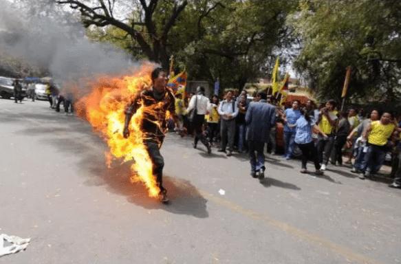حقيقة صورة اشعال النار في مسلم من بورما