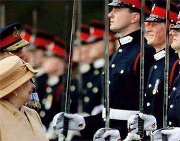 حقيقة عمل احد احفاد ملكة بريطانيا في الحرس الملكي