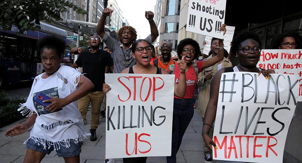 حقيقة لافتة نحن ليس عرب لتقتلوننا ونصمت