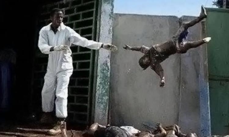 حقيقة صورة رجل يلقي بجثه طفل في افريقيا الوسطى