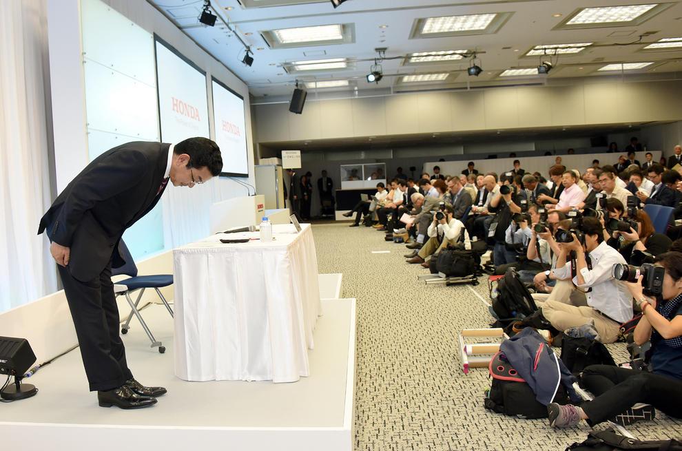 حقيقة انحناء وزير الطاقة الياباني