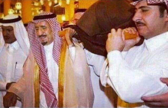 حقيقة صورة الملك سلمان يحمل نعش أحد شهداء تفجير المدينة
