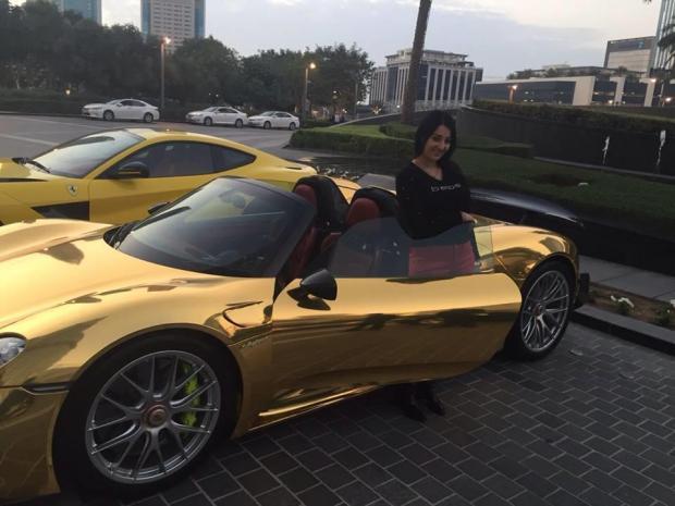 حقيقة اهداء الإمارات سيارة مطلية بالذهب لصافيناز
