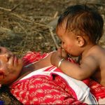 حقيقة صورة طفل يرضع من ثدي أمه الميتة في بورما