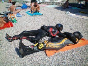 حقيقة صورة لشخصين بلبس درجات نارية على الشاطئ