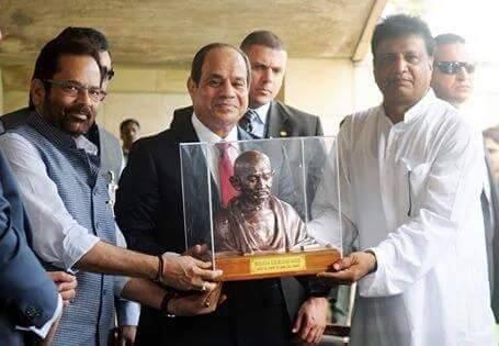 حقيقة تقديم تمثال غاندي للسيسي مكتوب عليه تستطيع أن تقتل الثوار وإنما لا تستطيع أن تقتل الثورة