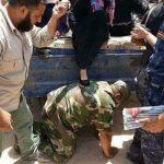 حقيقة صورة جندي مصري ينحني على الارض