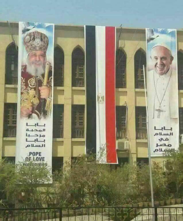 حقيقة وضع صورة بابا الفاتيكان على جامعة الازهر
