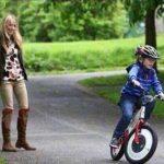 حقيقة صورة رئيس فرنسا على الدراجة مع زوجته