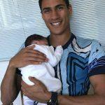 حقيقة صورة الشهيد المقدم محمود مع طفلة