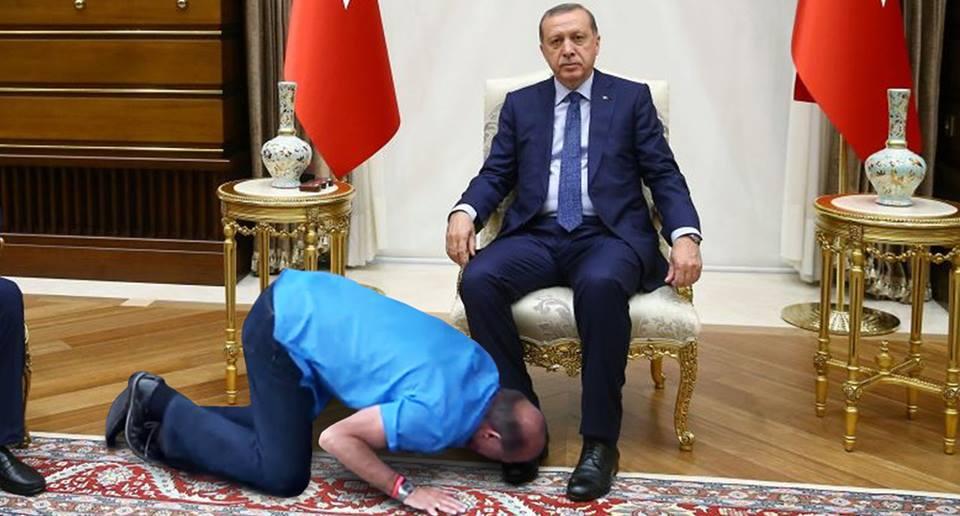 حقيقة صورة تقبيل حذاء اردوغان