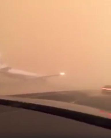 حقيقة هبوط طائرة في السعودية في طريق سريع بسبب الغبار