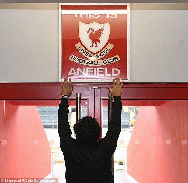 حقيقة صورة السيسي على مدخل نادي ليفربول