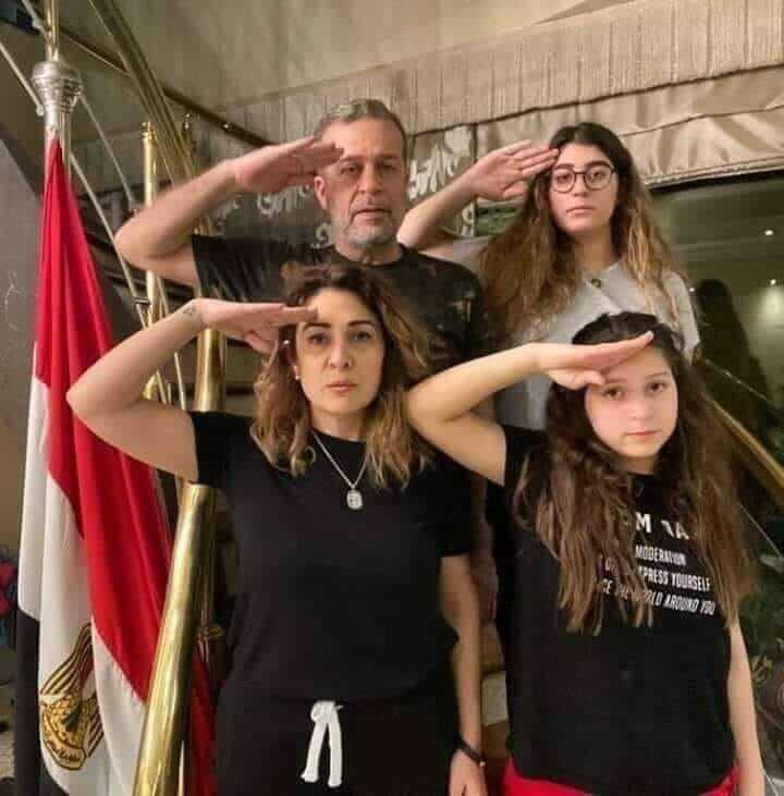 حقيقة صورة شريف منير واسرته يؤدون التحية العسكرية