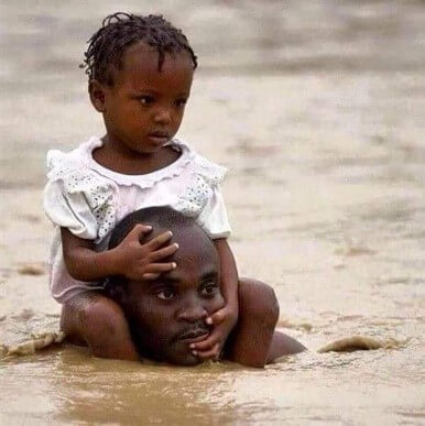 حقيقة صورة أب يحمل ابنته في فيضانات السودان